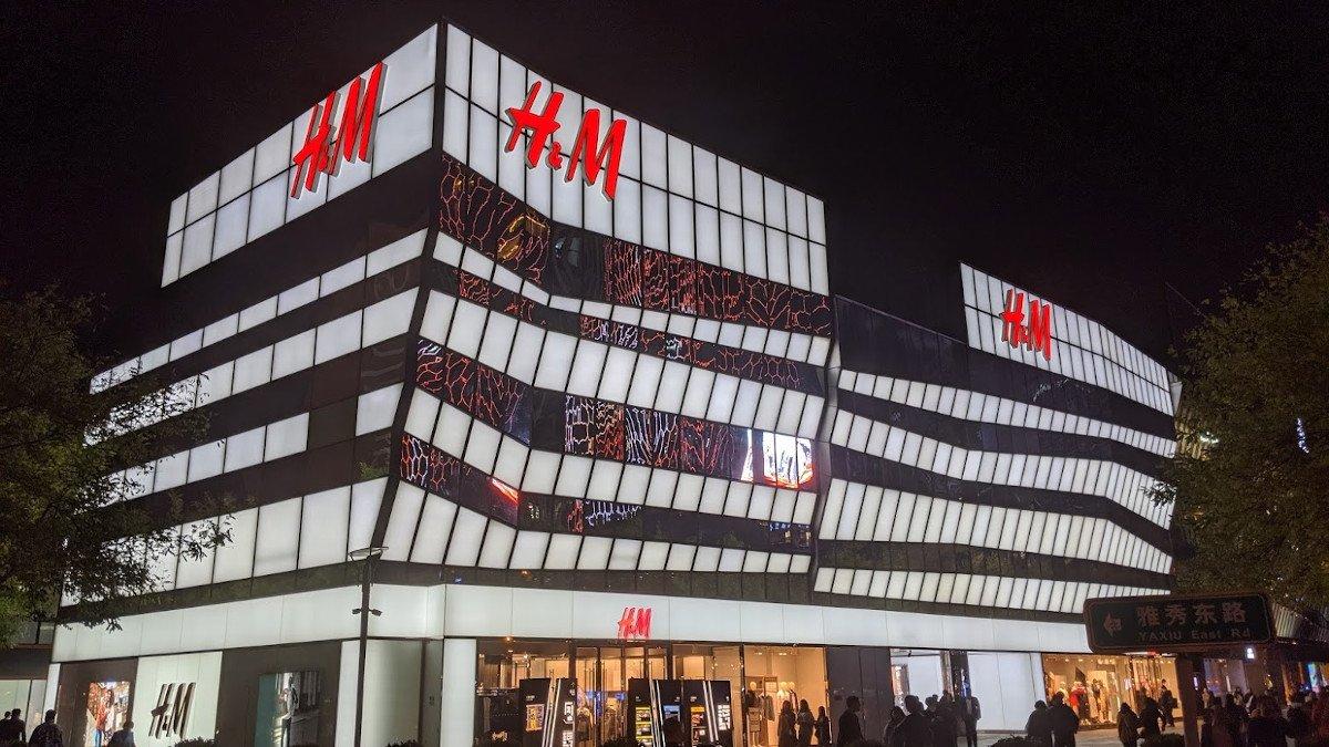 H&M Fassade in Peking Sanlitum (Foto: invidis)