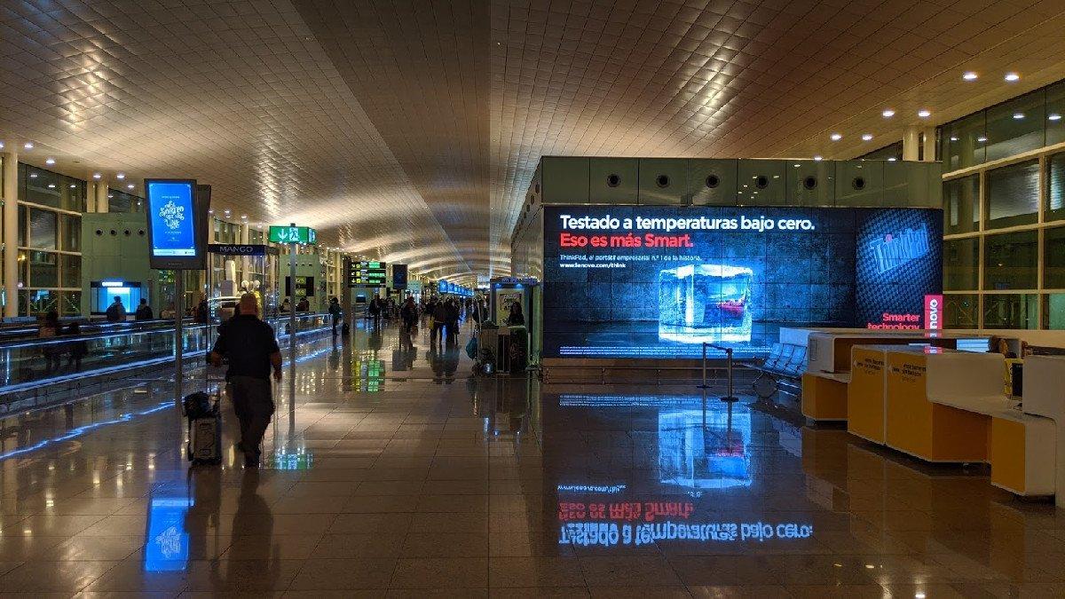 DooH im Flughafen Barcelona (Foto: invidis)
