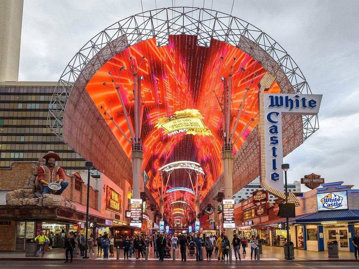 Komplett renoviert - neue LED oberhalb der Freemont Street in Las Vegas (Foto: Watchfire Signs)