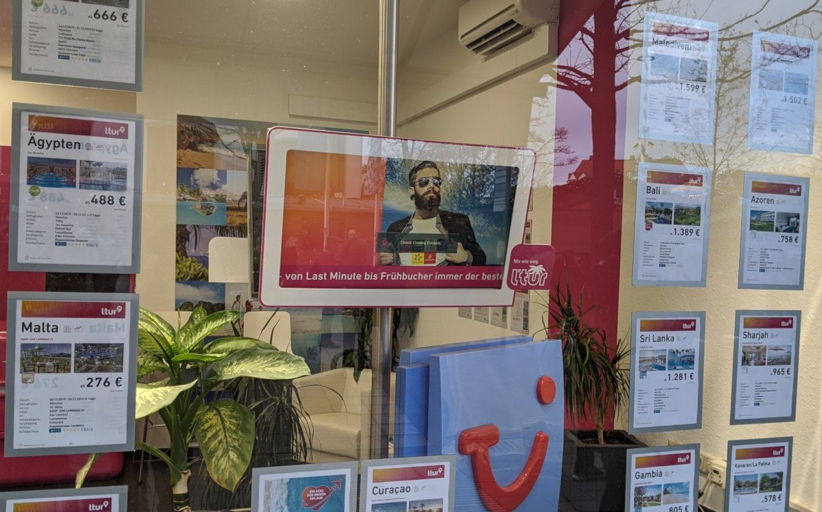 Digital Signage Dino im Schaufenster von L'tur (Foto: invidis)