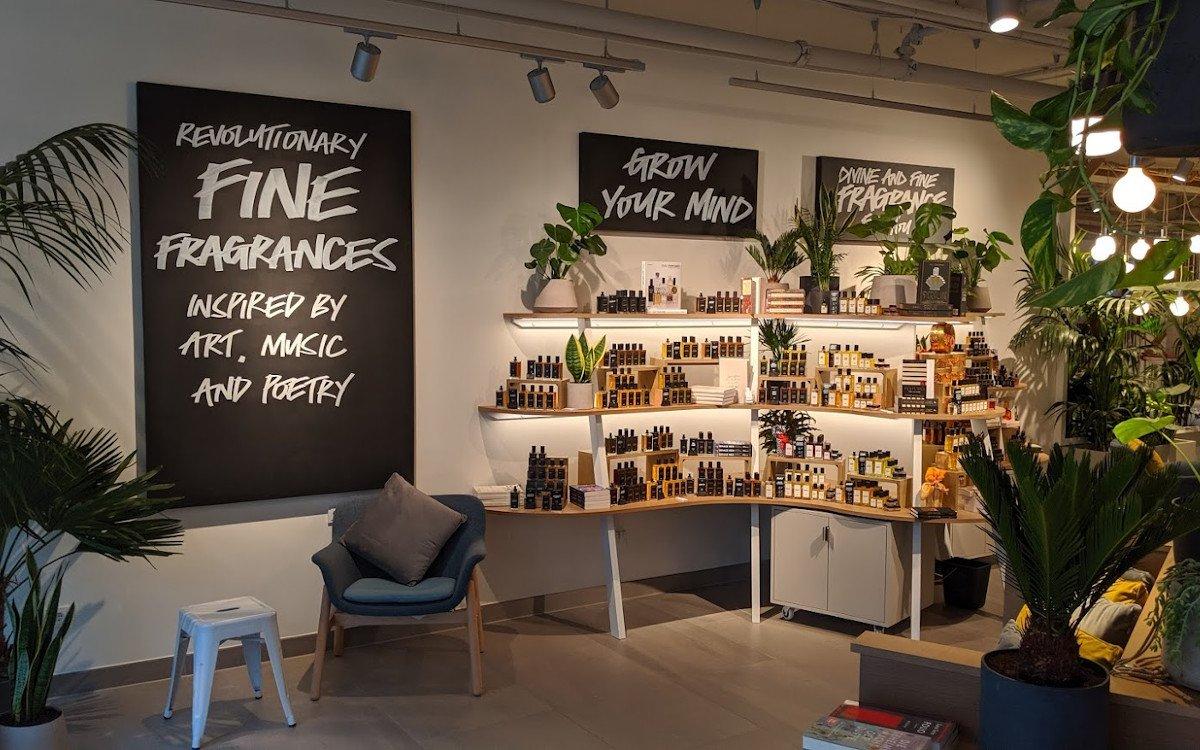Neben Kosmetik gibt es auch Platz für Parfüm, Blumen und Bücher (Foto: invidis)