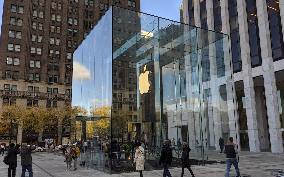 Apple-Glaskubus über dem unterirdischen Store an der 5th Avenue in New York City (Foto: invidis)