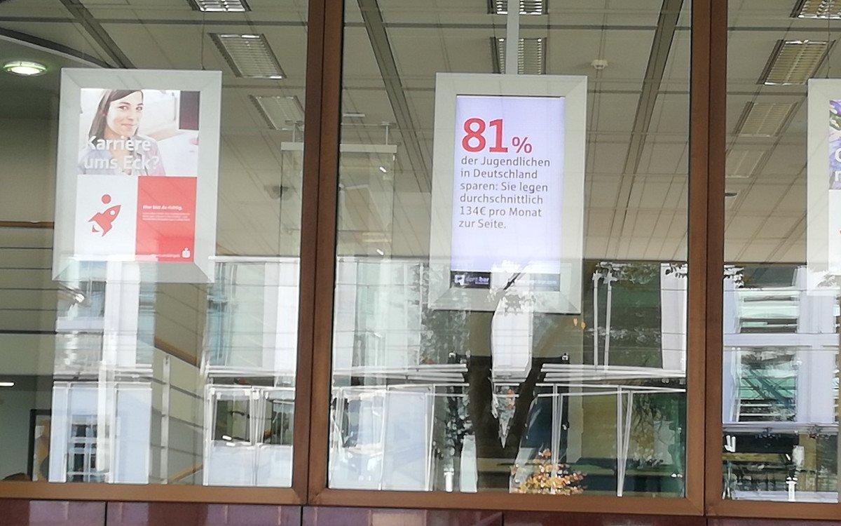 Nicht mehr nur exklusiv für Geschäftskunden - Sparkassen öffnen DooH-Netz für Drittwerbung (Foto: Sparkassenverlag)