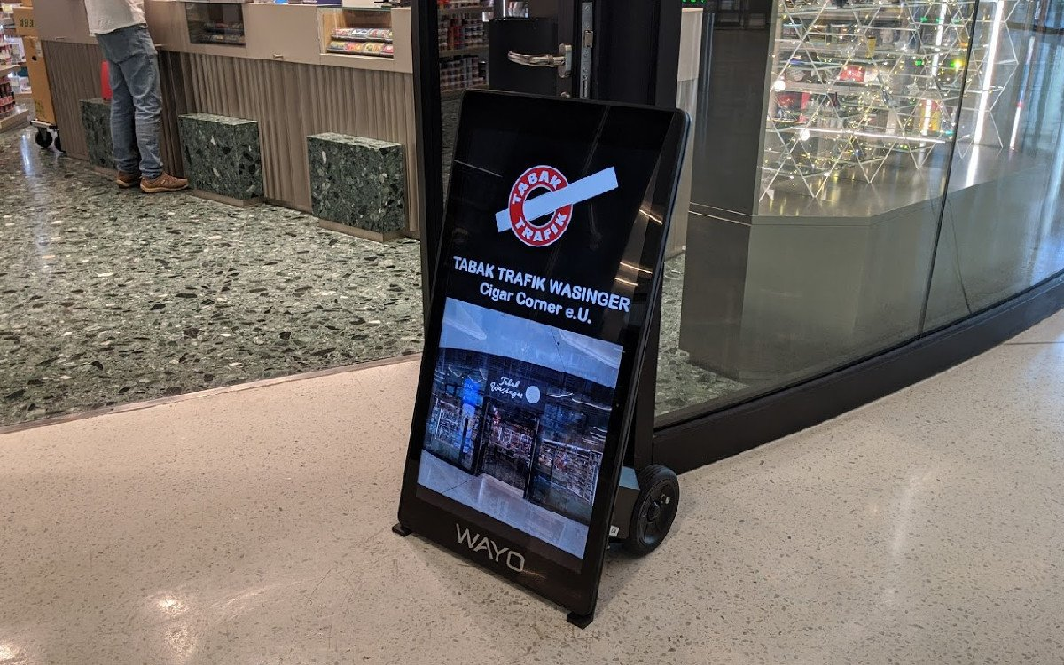 Digitaler Kundenstopper mit XL-Batterie (Foto: invidis)