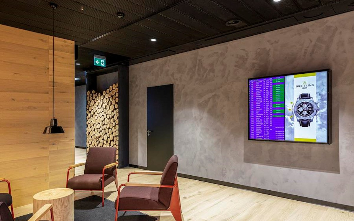 DooH-Screens in Swiss lounge (Foto: Clear Channel)
