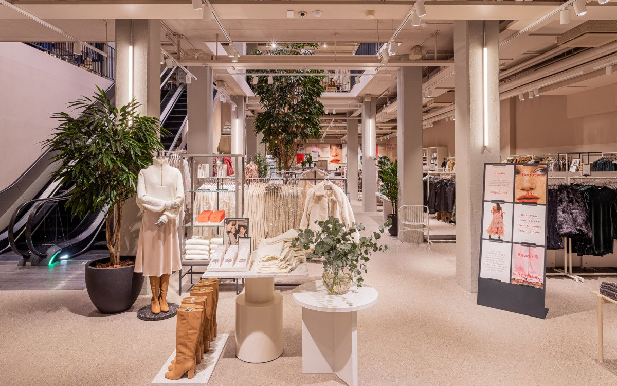Sensoren an der Decken und Displays auf der Fläche - H&M Flagship in Stockholm (Foto: H&M David Thunander/Thunander at GMail.com)
