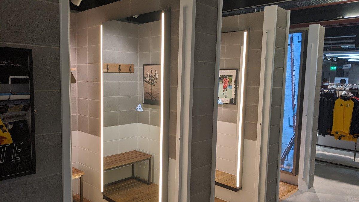 Magic Mirror und Social Screen - riesige Screens in Umkleiden bei Adidas LDN (Foto: invidis)
