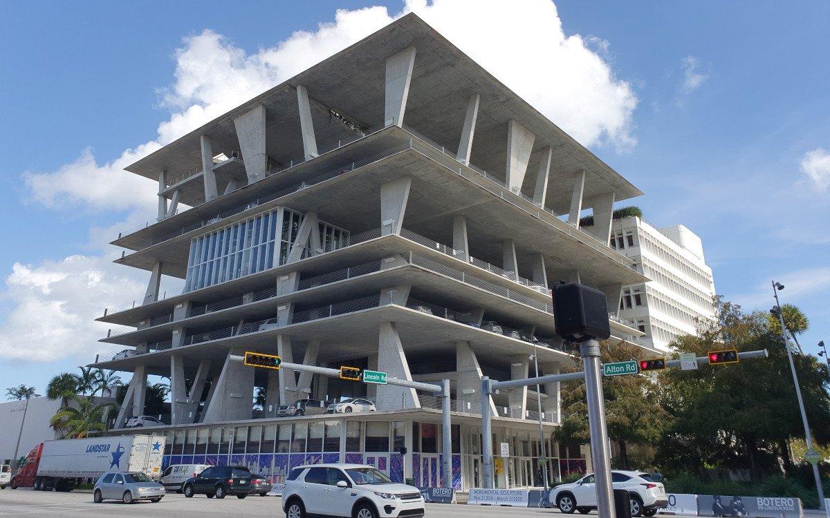 Keine Baustelle mehr - die Baseler Architekten Herzog de Meuron zeichneten sich verantwortlich für das tropische Parkhaus in Miami Beach Lincoln Street (Foto: umdasch)