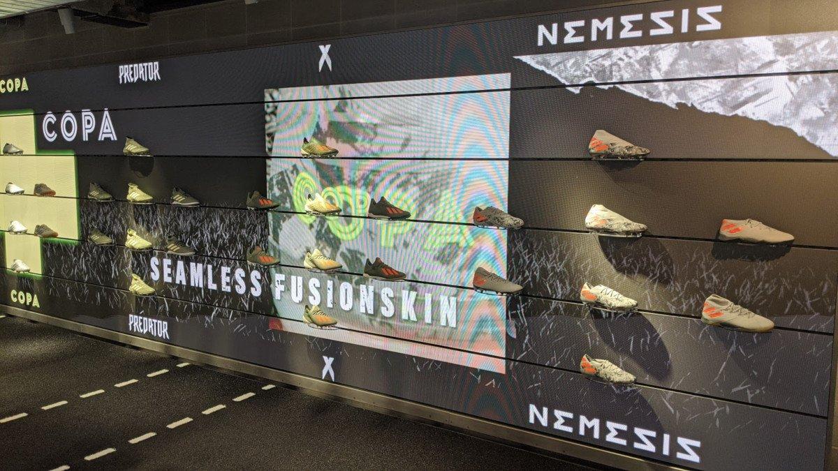 Football Boots vor LED-Wall (Foto: invidis)