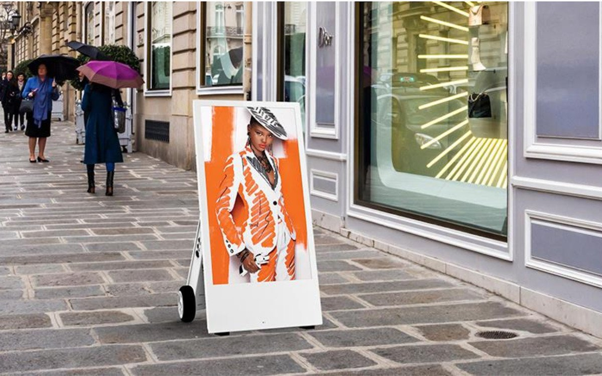 Wetterfester digitaler Kundenstopper für die Fußgängerzone (Foto: Allsee)