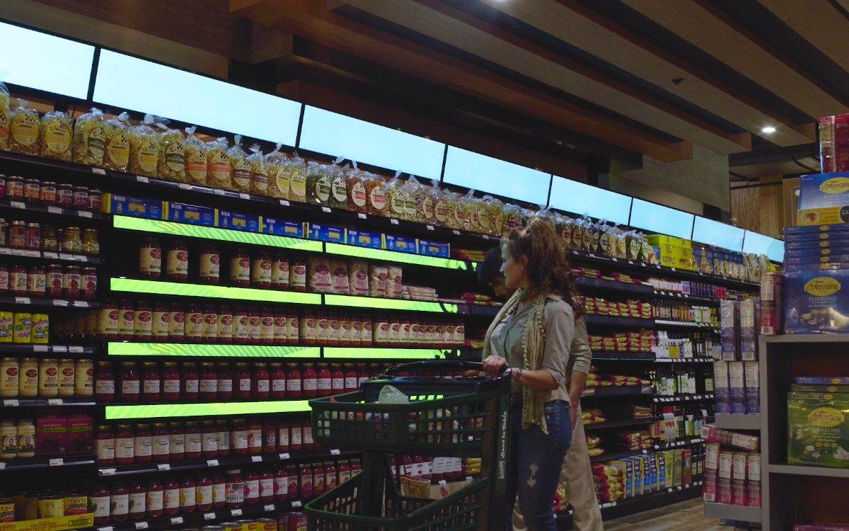 Supermarkt setzt auf Digital Signage über un dim Regal (Foto: Screenshot)