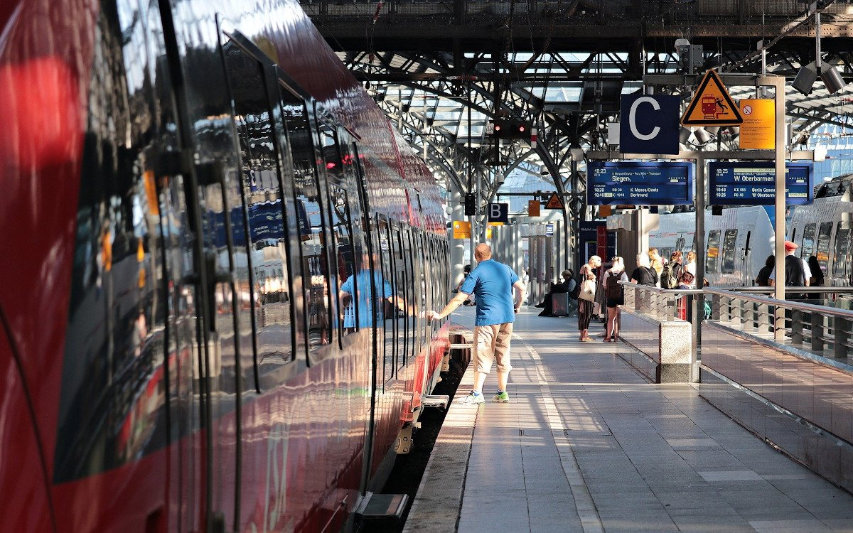 Bahnhof mit Digital Signage (Foto: S. Hermann & F. Richter / Pixabay