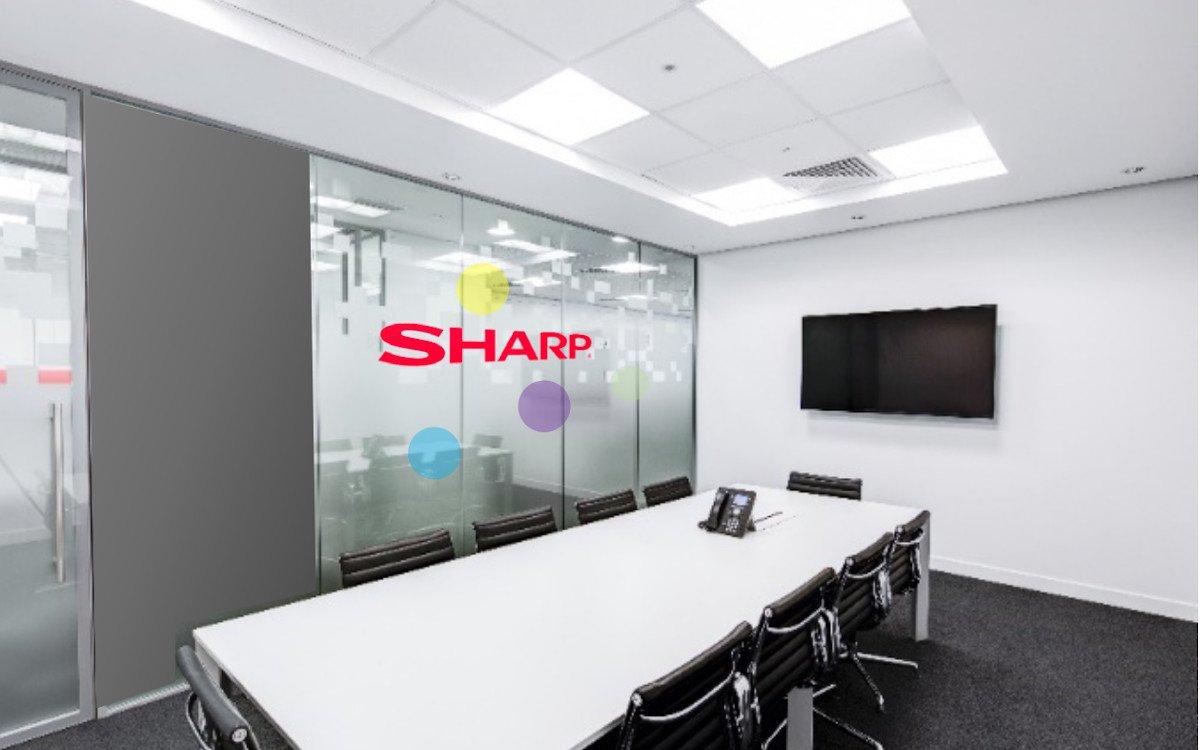 Transparente Displays treffen auf Proejktion im Meetingraum (Foto: Sharp)