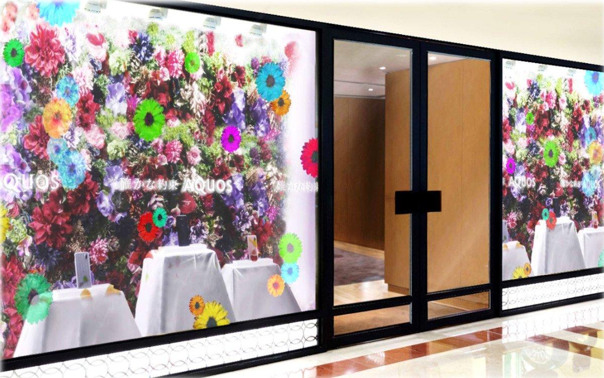 """Transparente 90"""" Displays von Sharp im Schaufenster (Foto: Sharp)"""