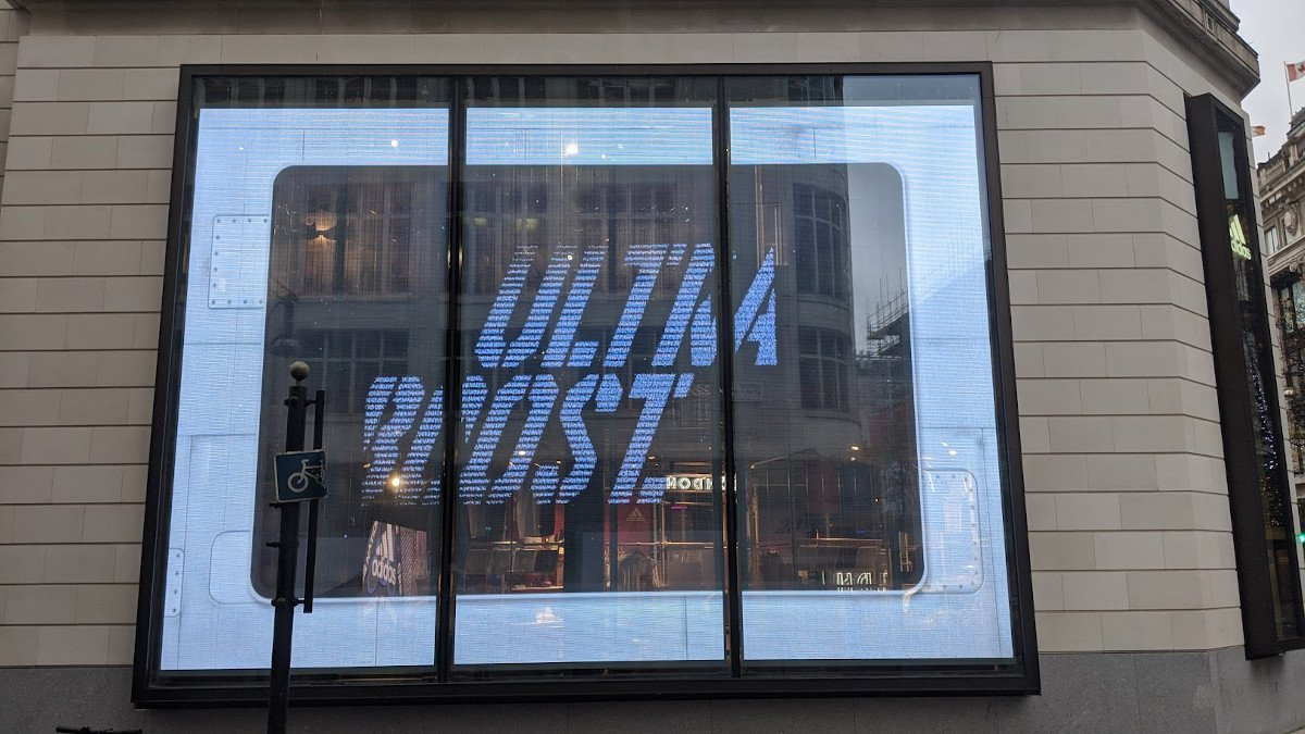 So kennt man Transparent LED - Adidas Schaufenster in London (Foto: invidis)