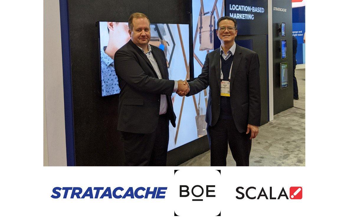 Chris Riegel (Stratacache) und Jikai Yao (BOE) vereinbaren Display-Liefervertrag (Foto: Stratacache)