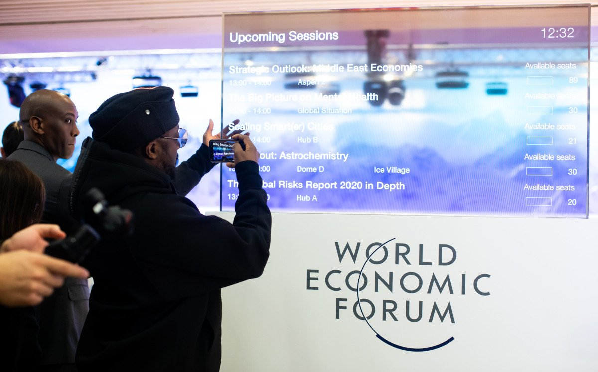 Faszination Transparentes Display auf dem WEF in Davos (Foto: World Economic Forum / Ciaran McCrickard)