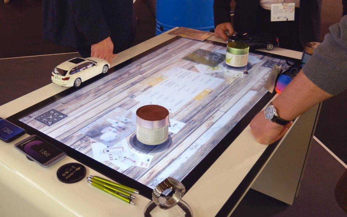 Der Interaktive Touchscreen Tisch ALPHA von eyefactive setzt auf Objekt-Erkennung für den Wow-Effekt (Foto: eyefactive)