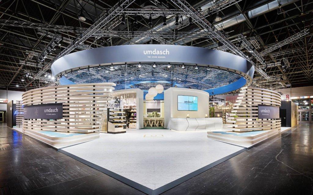 Der Messestand von umdasch The Store Makers an der EuroShop 2020 - die Lamellenwände und das Dach aus rund 10 Kilometern gespannter Seile zog alle Blicke auf die Bühne der Store Makers. (Foto: Umdasch)