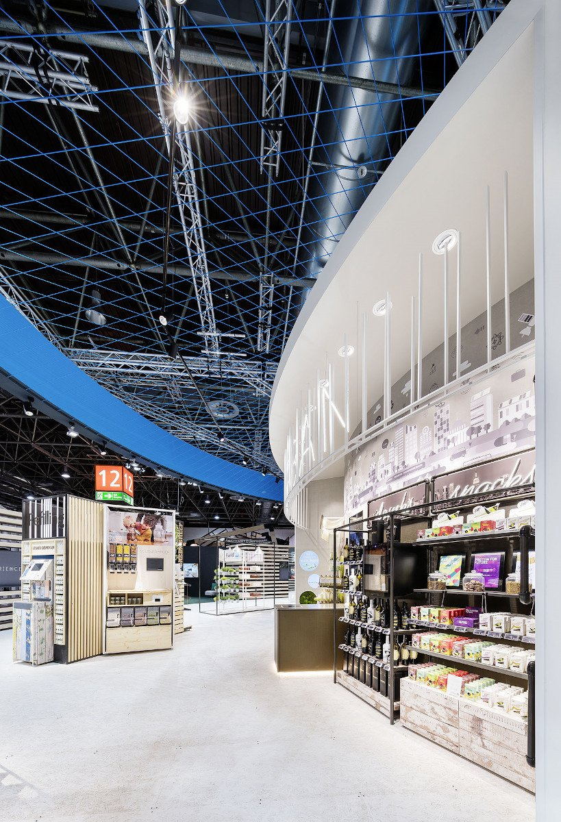 An der Retail Experience Wall wurde mittels Fingertipp durch Lichtstrahlen und Geräusche in die Welt von umdasch eingetaucht. (Foto: Umdasch)