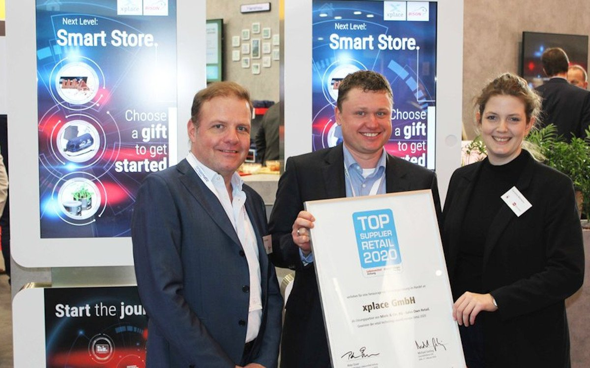 Marco Wassermann (Mitte) nimmt den Top Supplier Retail Award des EHI Instituts entgegen. (Foto: xplace)