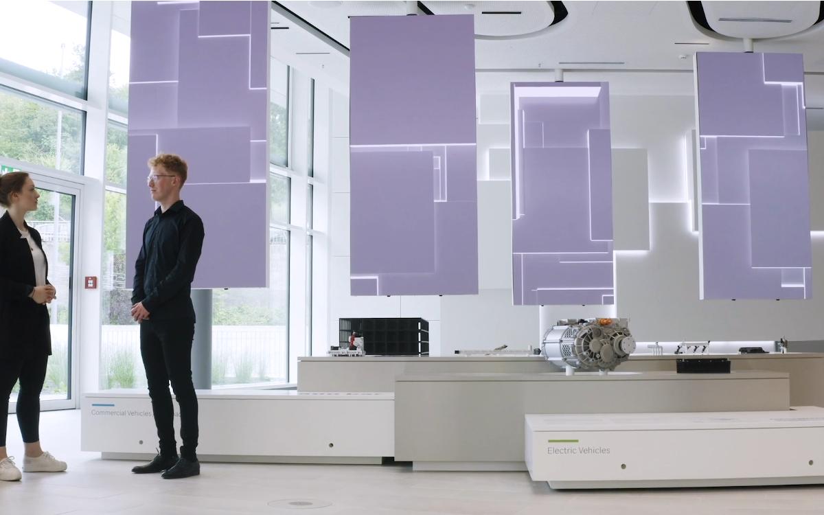 Die flexible Virtual Network Wall ist das neue Hghlight im Bosch Powertrain Solution Foyer in der Stuttgarter Zentrale (Foto: Screenshot/Milla & Partner)