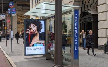 "JCDecaux 98"" Screens an der 5th Avenue (Foto: invidis)"