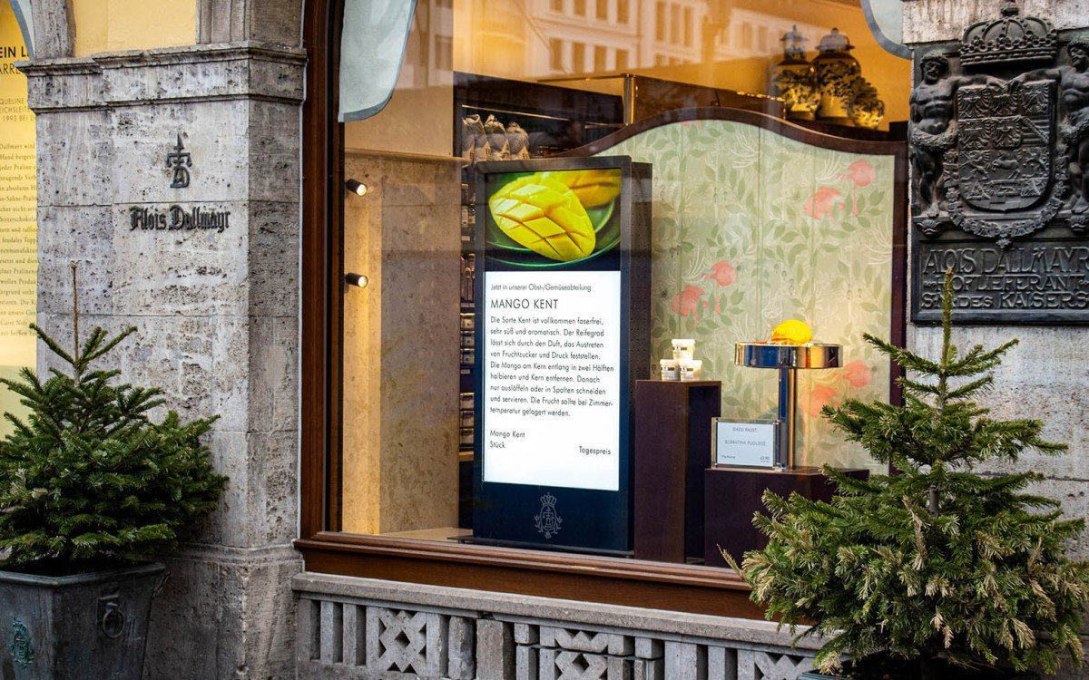 """Vier 49"""" LG Semi-Outdoor Bildschirme in den Schaufenstern des Dallmayr Spezialitätenhauses München verbaut (Foto: Wedeko)"""