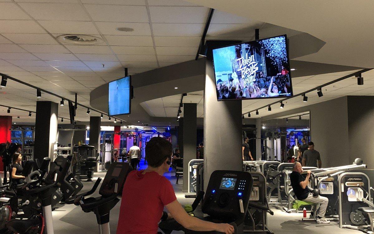 Die DooH-Plattform in Fitness-Studios Aurtango und die Deutsche Hochschulwerbung (DHW) schließen eine Partnerschaft, um junge Zielgruppen besser zu erreichen (Foto: Airtango)