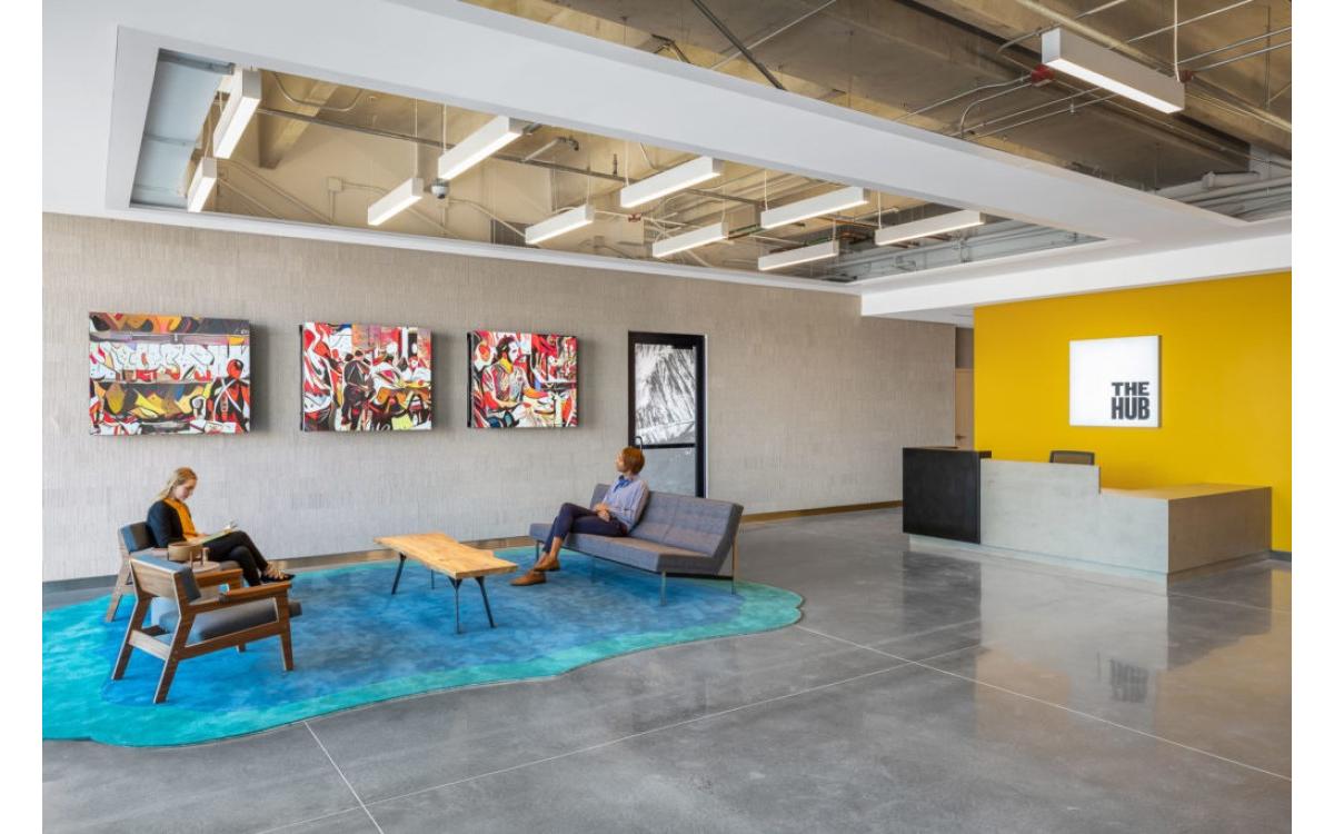 Die Installation im 'The Hub' im RiNo Arts District von Denver stellt Straßenkunst und Wandbilder von lokalen Künstlern auf besondere Art dar und mischt ihre Stile mit normalen Fotos (Foto: ESI Design)