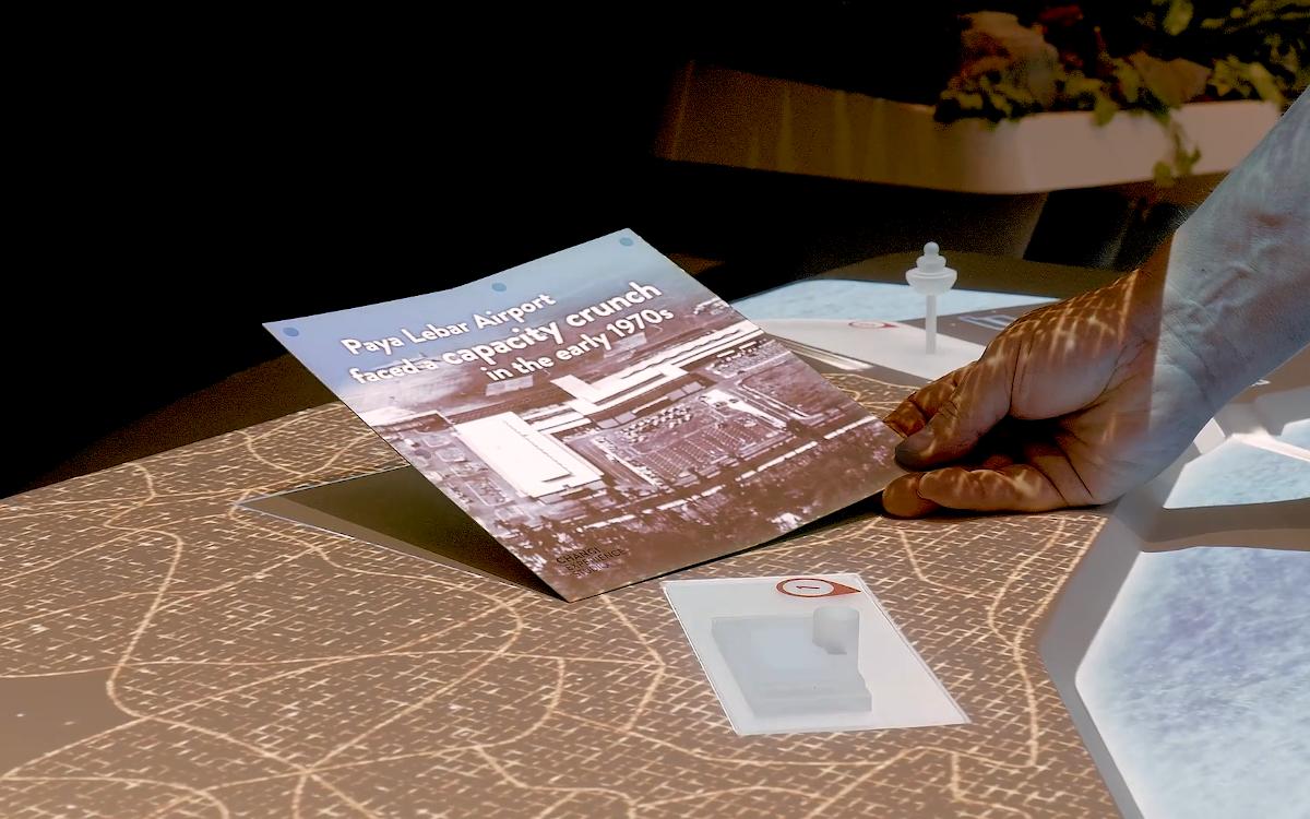 Mit Projection-Mapping werden Informationen direkt auf den Travel-Guides der Besucher im Changi Experience Studio gezeigt (Foto: Screenshot)