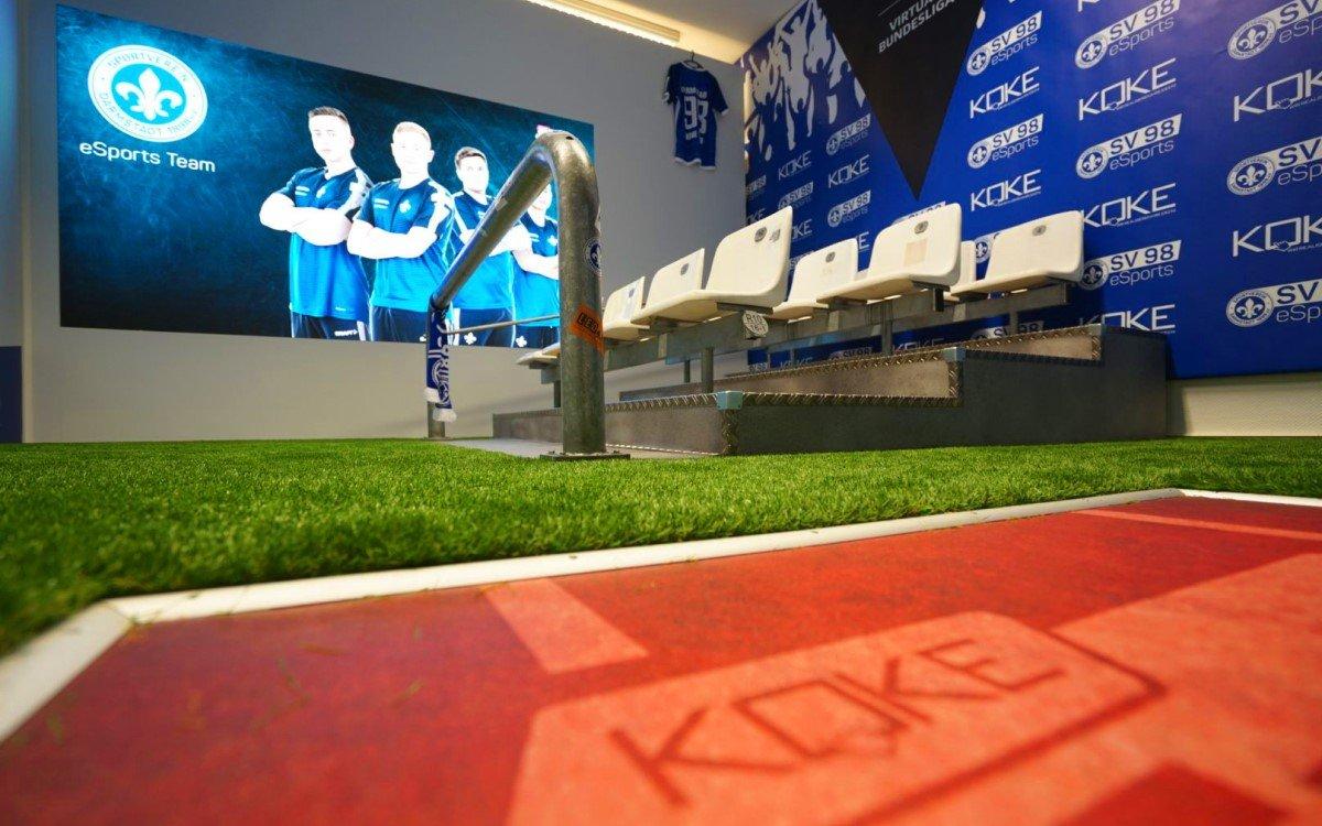 "Im ""Mini-Stadion"" bei Digital Signage-Integrator Koke herrscht Stadionatmosphäre dank Tribüne und Kunstrasen (Foto: Koke GmbH)"