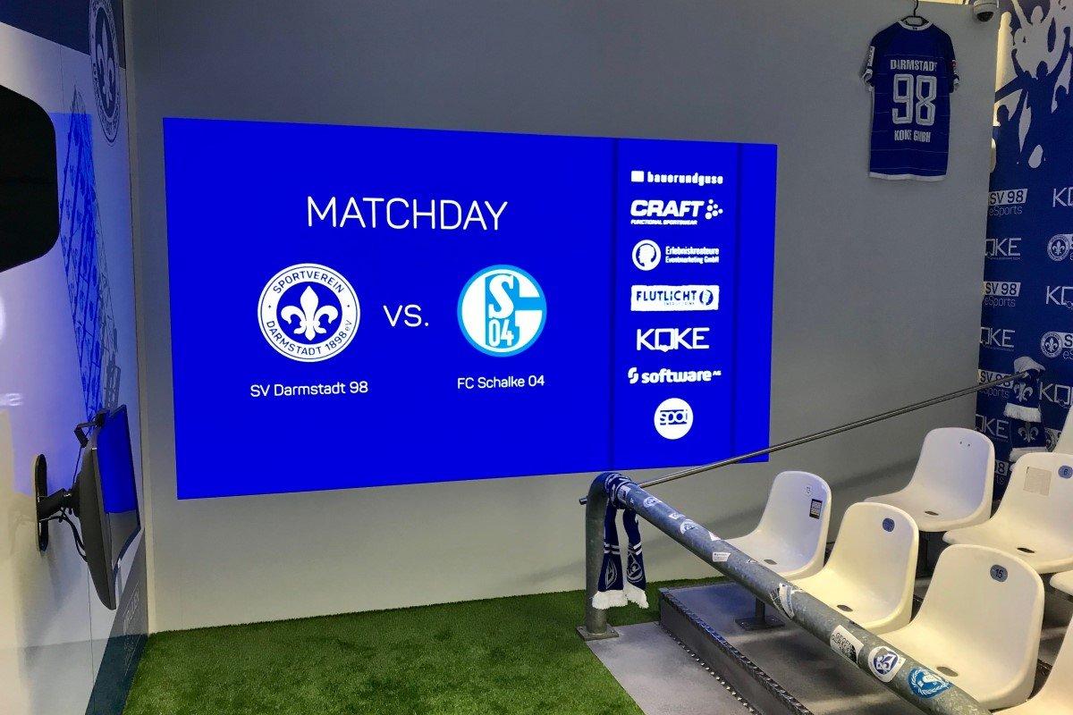 Die Samsung LED-Wand lässt die Zuschauer hautnah am Geschehen in der kleinen eSport-Arena teilhaben (Foto: Koke GmbH)