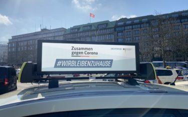 #WirBleibenZuHause soll dazu anregen, unnötige soziale Kontakte zu vermeiden – Die Kampagne auf den TAXi-AD Tafeln stellt das Unternehmen dem Bundesministerium für Gesundheit bis 100.000 Euro Werbeumsatz kostenlos zur Verfügung (Foto: TAXi-AD)