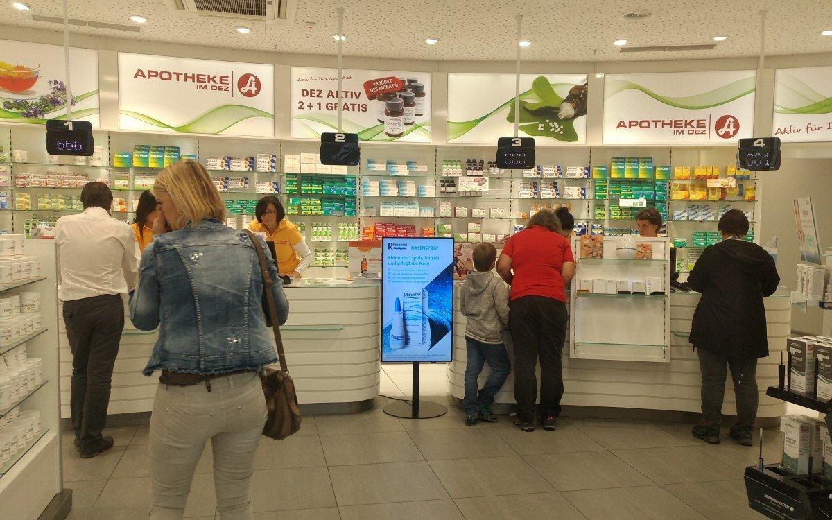 Die Digital Signage-Displays, die Kunden auf GSK-Gebro OTC-Produkte aufmerksam machen sollen, zeigen derzeit Infos und Maßnahmen gegen Corona (Foto: mediaCon)