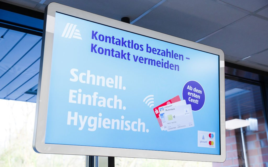 Einlass-Management bei Aldi Süd mit Digital Signage (Foto: Aldi Süd)