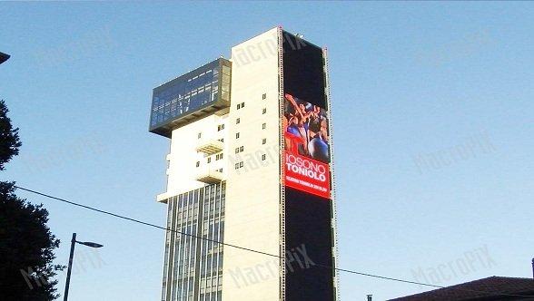 Der 200 Quadratmeter große LED-Screen an der Wand des Hybrid Tower Mestre (HTM) in der Landseite Venedigs, Italien, spielt eine Schlüsselrolle in der örtlichen DooH-Werbung (Foto: Unilumin)