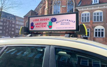 Auf derzeit 150 Taxidächern in Hamburg wirbt TAXi-AD derzeit unter anderem für die neue Initiative 'Deutschland gegen Corona' (Foto: TAXi-AD)