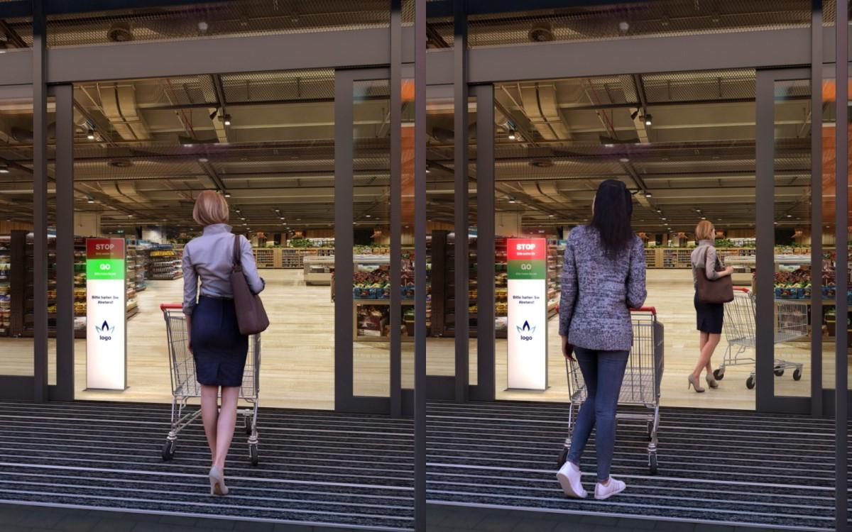 Über ein allseits bekanntes Ampelsystem regelt die digitale Stele den Zutritt am Supermatkteingang automatisch und hält so personelle Ressourcen frei (Foto: Digitale Mediensysteme)
