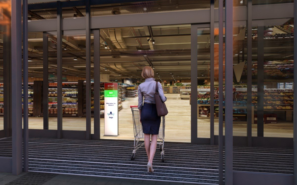 DMS bietet mit digitalen Stelen und einem Ampelsystem eine Lösung für die Zutrittskontrolle in Supermärkten, die in Österreich eingehalten werden muss (Foto: Digiale Mediensysteme)