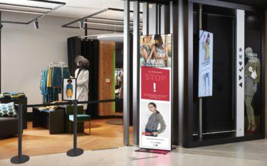 Die Kundenampel von Bütema besteht aus einem LED-Poster sowie einem Sensor zur Montage an der Decke im Eingangsbereich von Shops (Foto: Bütema)