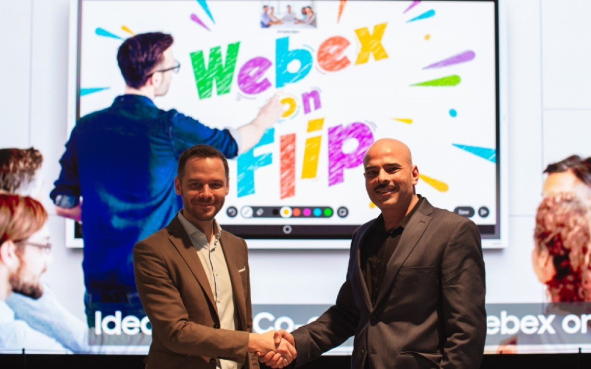 Webex on Flip bringt Ciscos Software auf das Flip 2: Ben Holmes, Head of Marketing and Signage Strategy bei Samsung Europe (links) und Sandeep Mehra, Vice President und General Manager von Webex Rooms (Foto: Samsung)