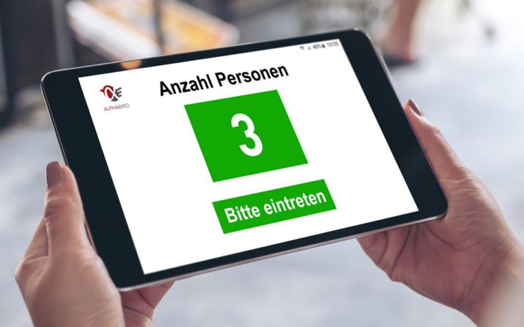 Das Kunden-Zählungssystem von Greenbird und Alphadisplay lässt sich mit verschiedenen Displays, vom Tablet bis zum Aufsteller als Ausgabemedium verbinden (Foto: Alphadisplay)