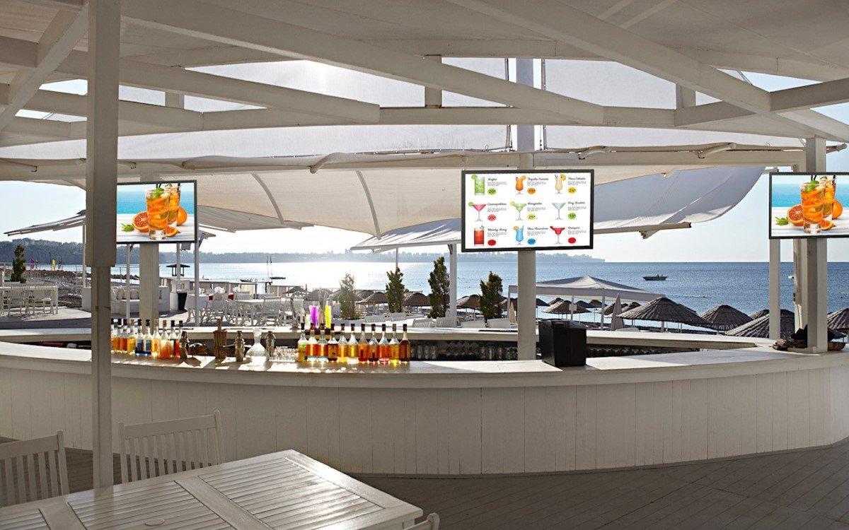 """Der neue 86"""" Outdoor-TV von Peerless-AV eignet sich für Unterhaltung in Außenbereichen wie Bars oder Kreuzfahrtschiffe, könnte aber auch Digital Signage (Foto: Peerless-AV)"""