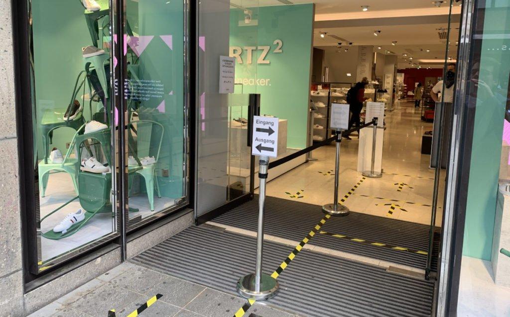 Klare Anweisungen bei Görtz Schuhe in München (Foto: invidis)