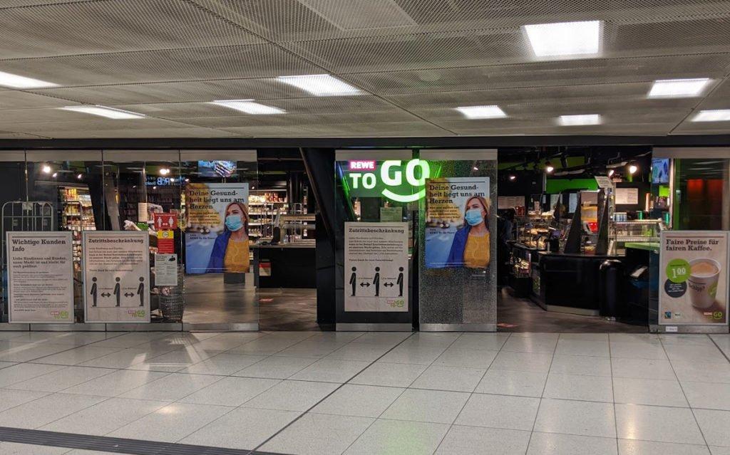 Vollgepflastert mit Hinweisen - Rewe To Go am Hauptbahnhof (Foto: invidis)