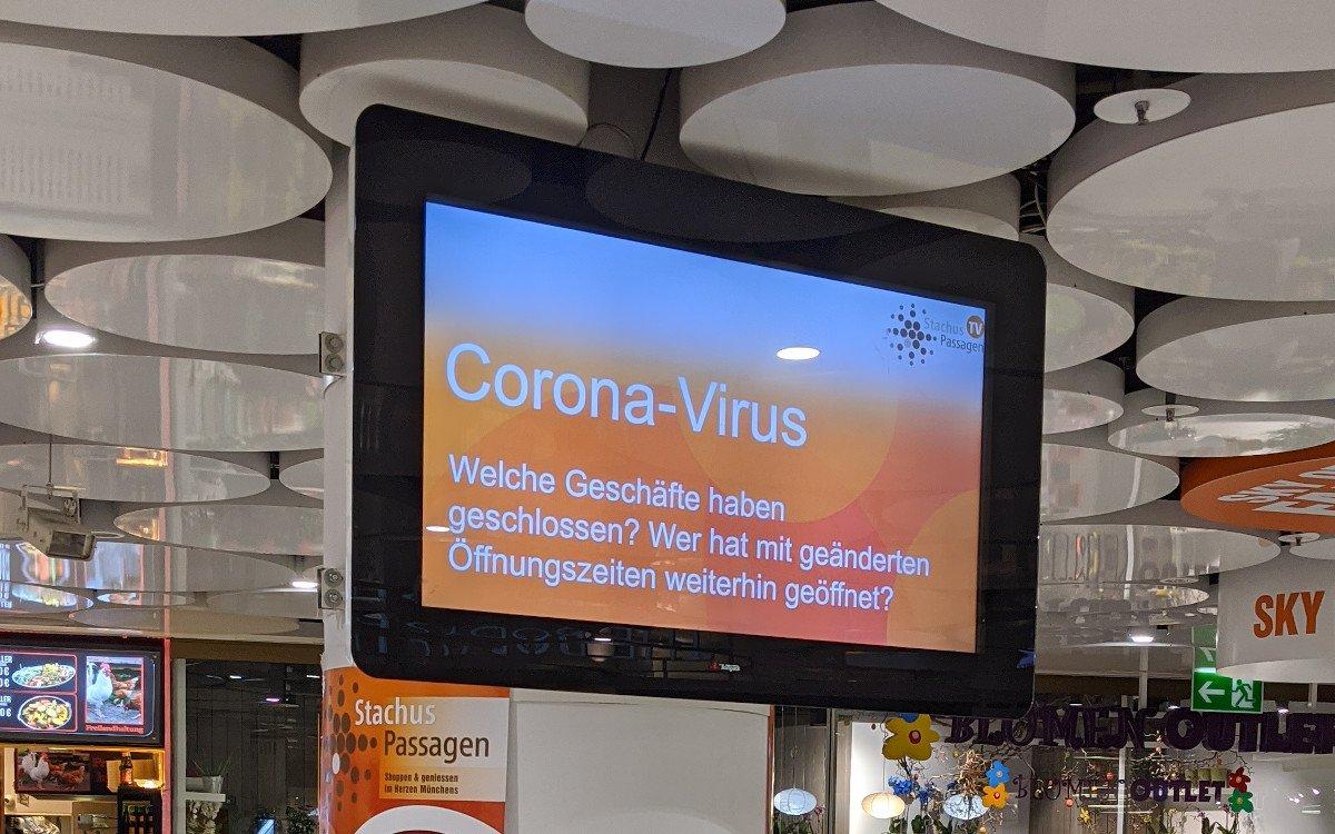 Display mit Corona-Hinweisen am Münchner Stachus (Foto: invidis)