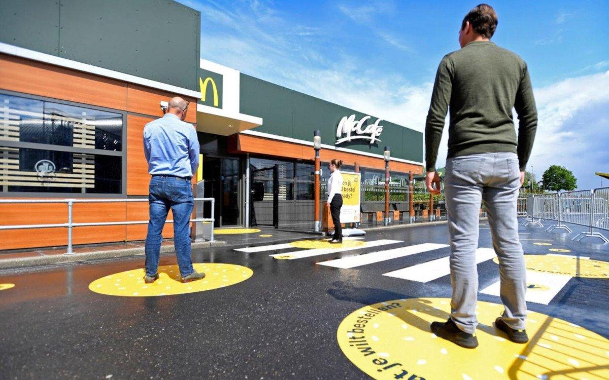 Bodensticker - McDonalds NL testet neue Corona-Maßnahmen (Foto: McD NL)