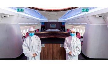 Qatar Kabinenbesatzung trägt während der Flüge Einweg-Ganzkörperschutzkleidung, während die Passagiere Gesichtsschutz tragen müssen. (Foto: Qatar)