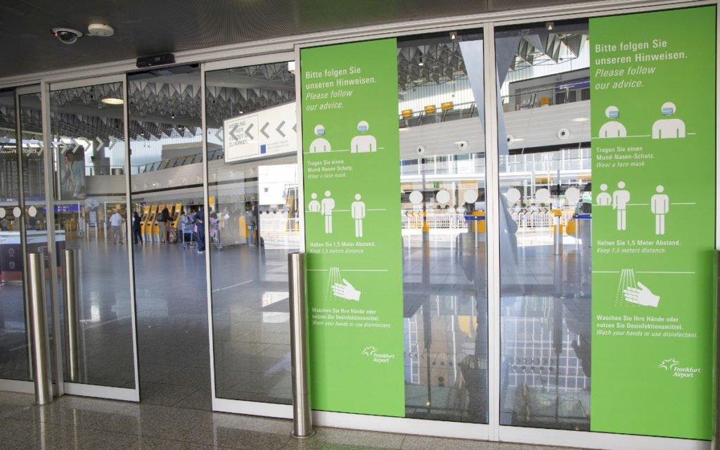 Corona Verhaltenshinweis am Terminaleingang (Foto: Fraport)